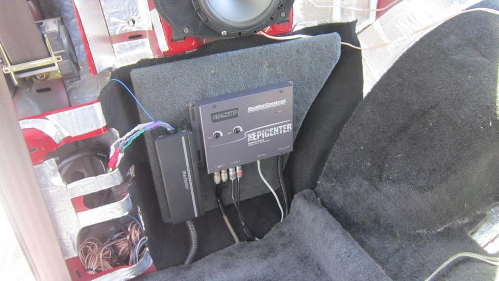 Thomas Y's 2004 Chevrolet Blazer with the Epicenter by AudioControl bass processor and Alpine KTP-445U amplifier