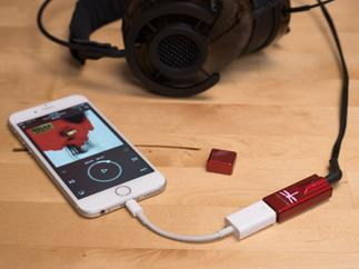 Audioquest Dragonfly red with smartphone